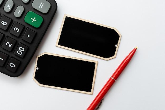 Настольный стол с кожаным кошельком для смартфонов, блокнот для очков. современный технологический мобильный телефон Premium Фотографии