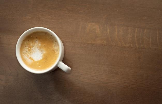 Рабочий стол. подставка под чашку кофе на деревянном столе. Premium Фотографии