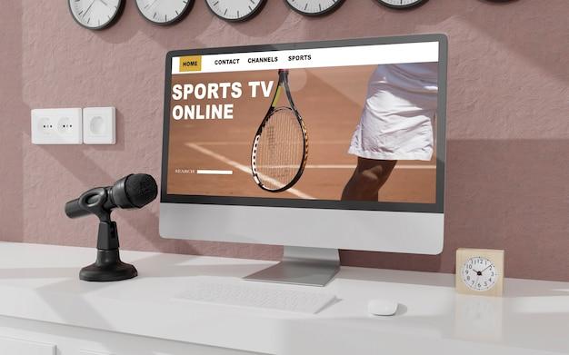 사무실 모형의 테이블에 데스크톱 컴퓨터. 스포츠 온라인 방송