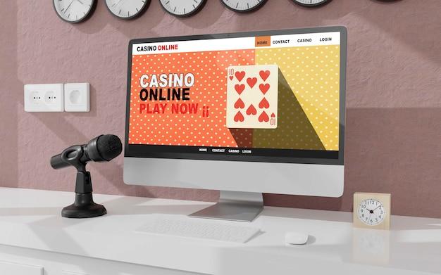 사무실 모형의 테이블에 데스크탑 컴퓨터