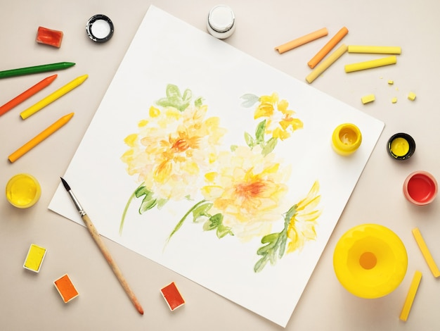 花を描いたり、物資を描いたりするデスクトップ。上からの眺め。