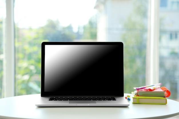 ウィンドウの背景にノートブックとデスクトップ