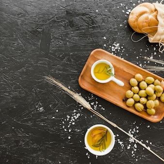 Рабочий стол с оливками и маслом