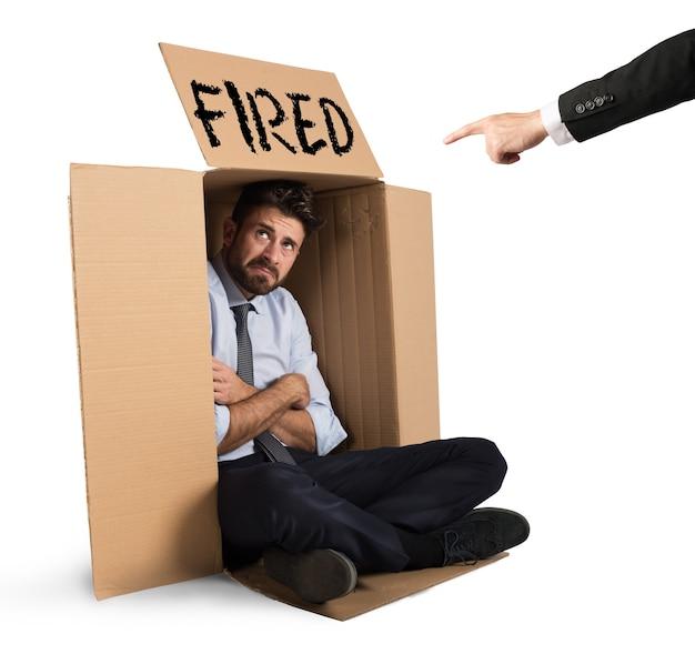 Отчаявшийся и уволенный бизнесмен прячется в картоне