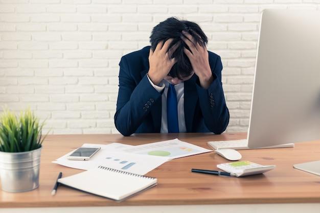 Отчаянный бизнесмен беспокоился в офисе