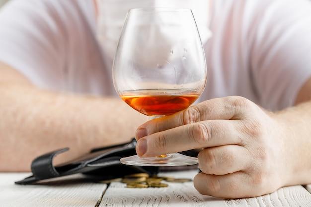 絶望的な男はうつ病に陥り、アルコール依存症になり、惨めになります。彼の中毒は彼を孤独と貧困の状態に導きます