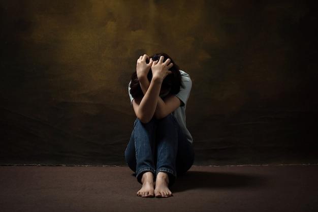 바닥에 앉아있는 동안 그녀의 머리를 긁적 절망적 인 여자 우울증