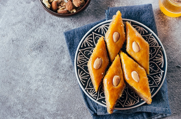 Пахлава. рамадан dessert.arabic десерт с орехами и медом, чашка чая на фоне конкретных.