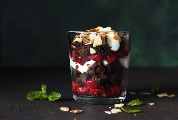 Десерт черный лес с вишнями в стакане. традиционный немецкий десерт. горизонтальный фокус.