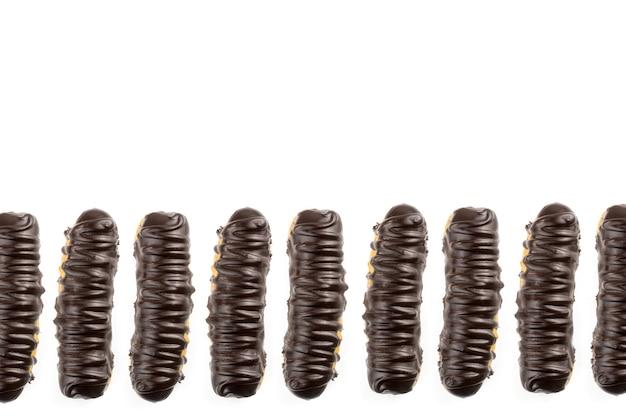 디저트 봄바 드 초콜릿. 흰색 배경에 브라질 전통 ãƒâ©clair입니다. 선택적 초점입니다. 평면도.