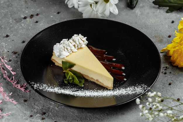 デザート-ベリーソースとグリーンミントのチーズケーキ