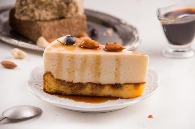 밝은 배경에 카라멜을 곁들인 디저트 치즈 케이크