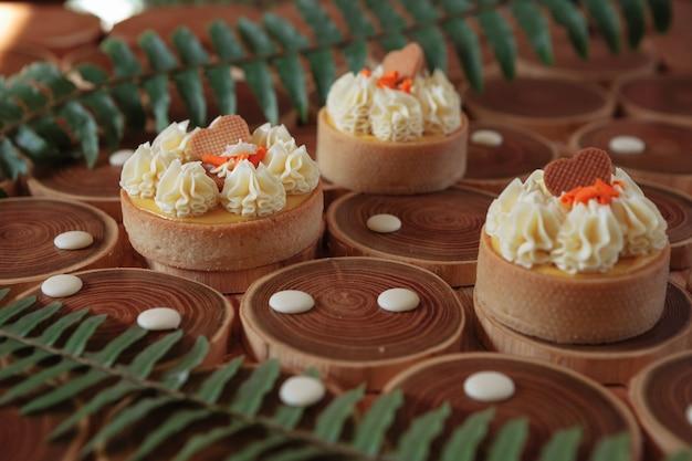 マンゴーとパッションフルーツをブラウニーの形にしたデザートチーズケーキにムースをのせて飾った...