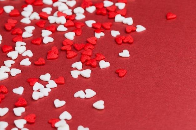 Десертные украшения из красных и белых конфет в форме сердца