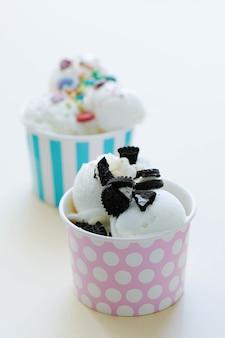 Десерт. вкусное мороженое на столе