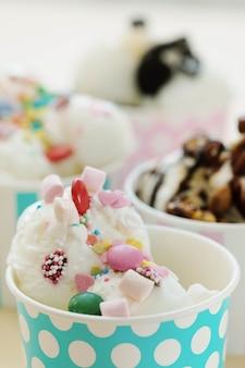 デザート。テーブルの上のおいしいアイスクリーム