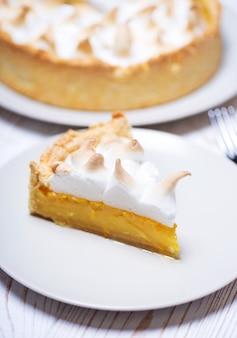 디저트 - 맛있는 레몬 타르트와 클래식한 머랭 토핑