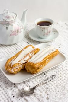 Десерт эклер со взбитыми сливками