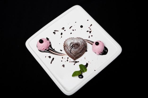 Десерт фондан шоколадный с мороженым