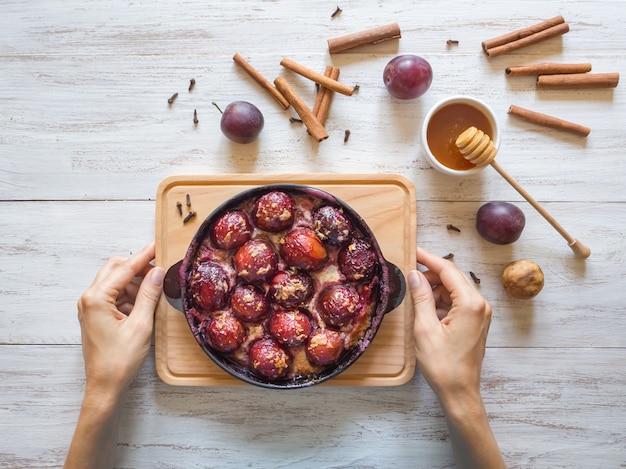 Десерт из запеченной сливы в сковороде с гвоздикой, корицей, медом и цедрой.