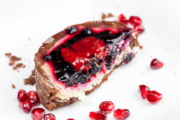 焼きたてのタルトのデザート、フルーツとベリーを詰めたチョコレートのタルト、バタークリームにイチゴとブルーベリーを入れた丸いタルト