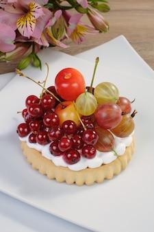 휘핑크림과 신선한 과일을 곁들인 샌드 타르트 디저트