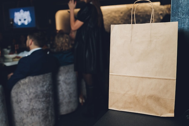 Десертный бумажный пакет ждет клиентов, кафе-ресторан, еду на вынос, владельца малого бизнеса.