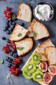 Dessert sandwiches with berries