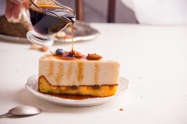 배경에 디저트 달콤한 치즈 케이크입니다. 복사 공간