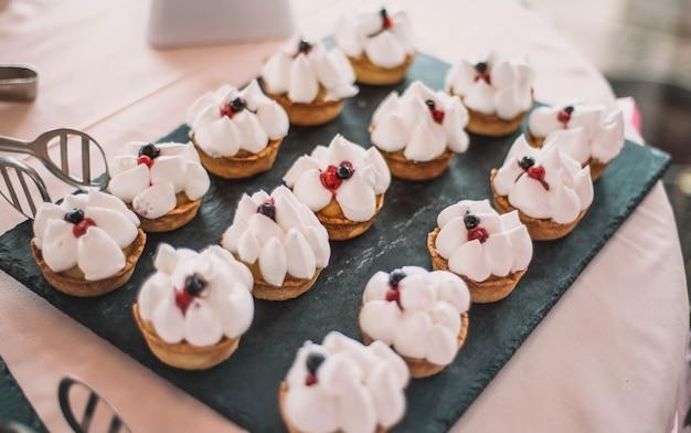 Десертный стол для свадебного банкета