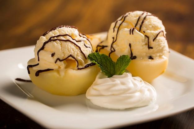 アイスクリームと洋ナシのポーチを添えたデザート