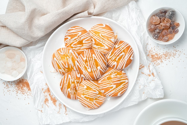 레몬 쿠키와 막대 사탕 흰색 배경에 디저트.