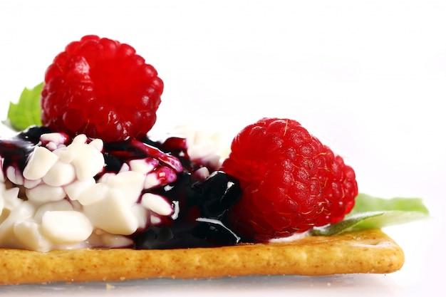 Десерт с малиной и творогом
