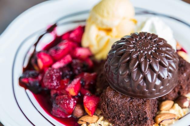 Dessert con fragole e gelato al cioccolato