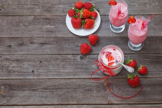 나무 테이블에 딸기 디저트