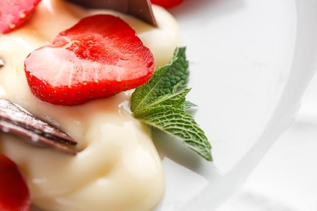 いちご、バニラクリーム、チョコレートのデザート。
