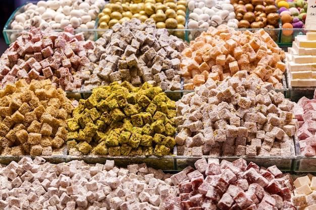 이스탄불 그랜드 바자르 매장에 진열된 디저트와 과자