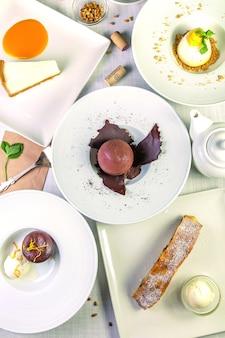 Десерты на белом фоне. вид сверху, плоская планировка