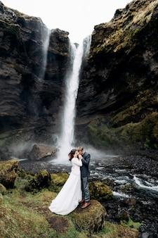 Место назначения исландия свадьба у водопада квернуфосс свадебная пара стоит у водопада