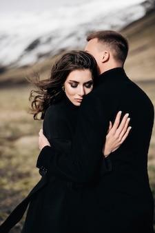 新郎新婦が雪山を背景にした目的地アイスランドの結婚式の結婚式のカップル