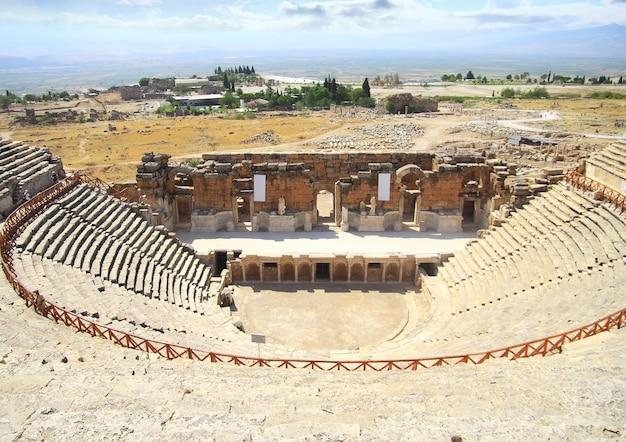Разрушенный амфитеатр в горах турции. памуккале