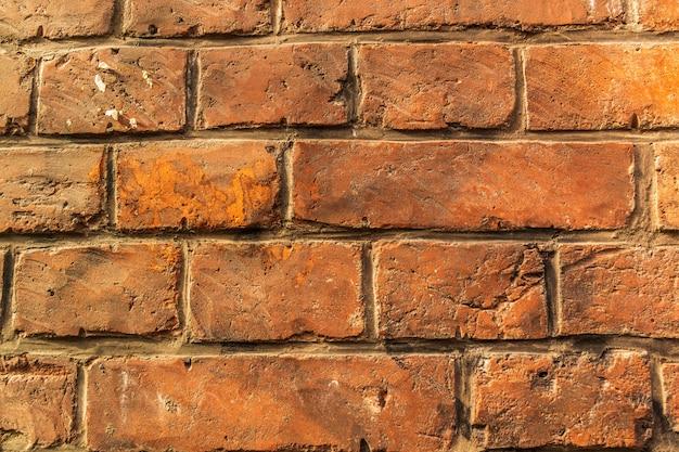 破壊されました;古代の;赤レンガの壁。