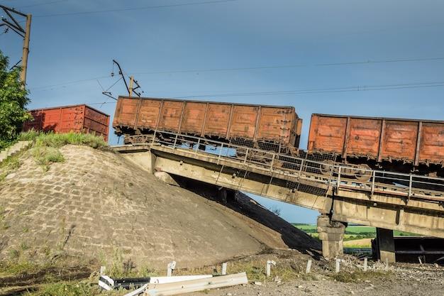 Разрушенный мост с вагонами после взрыва террористов