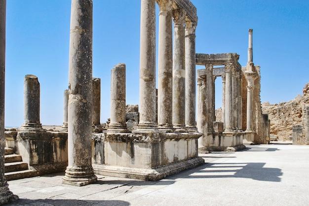 튀니지의 고대 도시 dougga의 파괴된 기둥 튀니지의 유네스코 세계 문화 유산