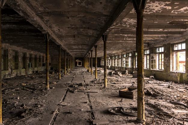 Разрушенный производственный цех на старой фабрике.