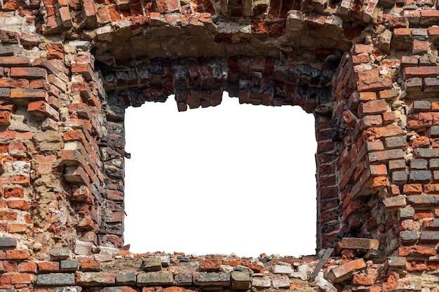 中央に穴のある古いレンガの壁を破壊しました。白い背景で隔離。グランジフレーム。水平フレーム。高品質の写真