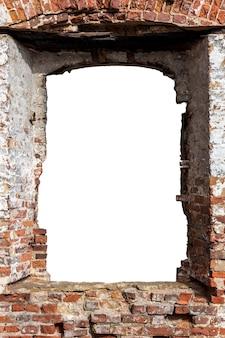 中央に穴のある古いレンガの壁を破壊しました。白い背景で隔離。グランジフレーム。垂直フレーム。高品質の写真