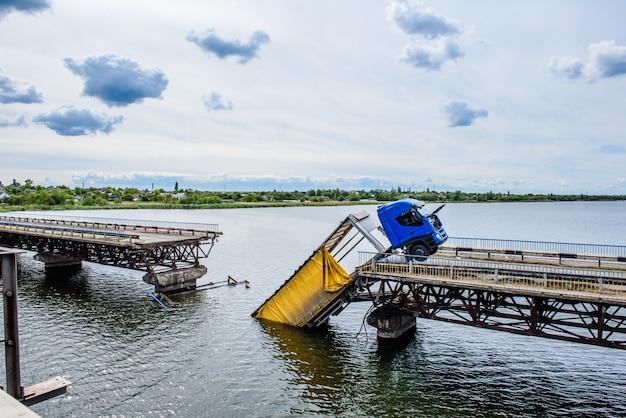 강 건너 다리 구조의 파괴