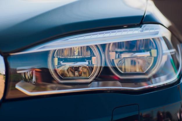 Деталь красоты и быстрая машина с фарой
