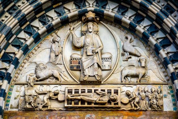 イタリアのジェノヴァ大聖堂からの詳細。ジェノヴァ大聖堂は、聖ローレンスに捧げられたローマカトリック大聖堂であり、ジェノヴァの大司教の本拠地です。